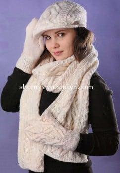 Комплект узором из кос: кепи, шарф и варежки
