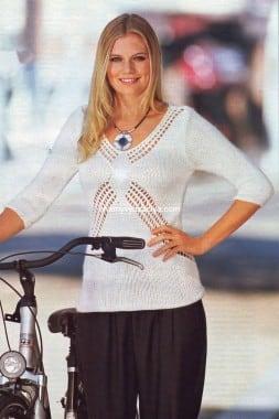 Серовато-бежевый пуловер с V-образным вырезом