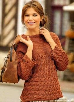 Поперечно-вязанный пуловер с узором из кос