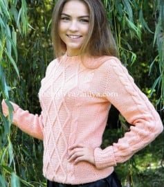 Персиковый пуловер с ромбами из кос