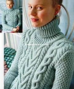 Светло-голубой свитер с узором коса